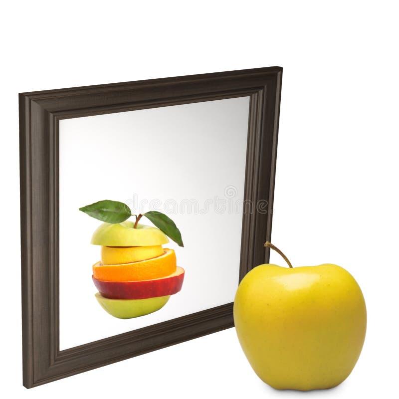Una prospettiva diversa di uno specchio esaminante - mela su un fondo bianco fotografia stock