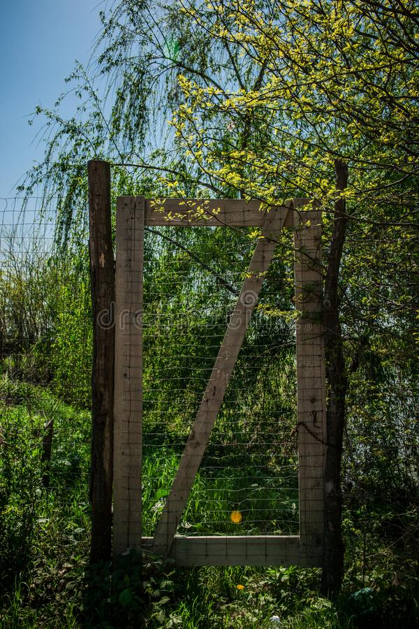 Una puerta al cielo en una zona rural Hierba verde y cielos azules imagenes de archivo