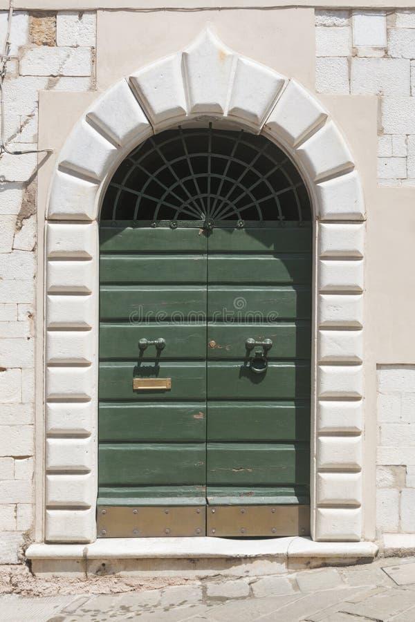 Una puerta de madera con el portal de mármol fotografía de archivo