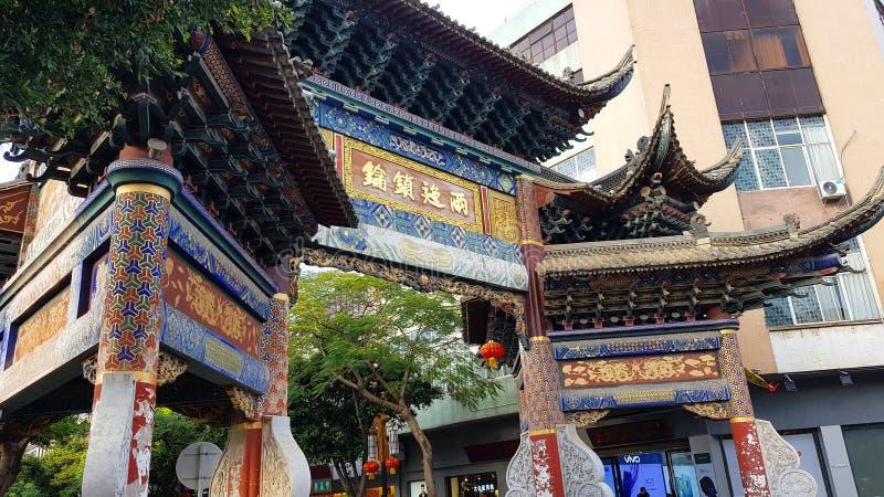 Una puerta de madera en la ciudad de Jianshui, Yunnan, China imagenes de archivo