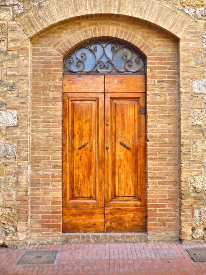 Una puerta de madera medieval vieja en Toscana imagen de archivo libre de regalías