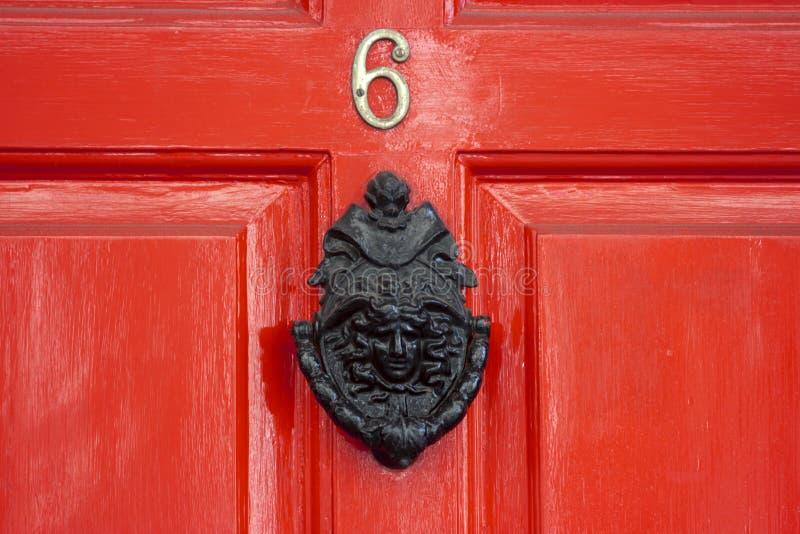 Una puerta de madera roja imagen de archivo