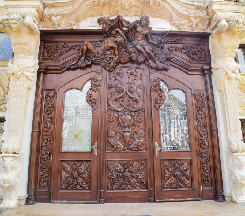 Una puerta de madera tallada imagen de archivo