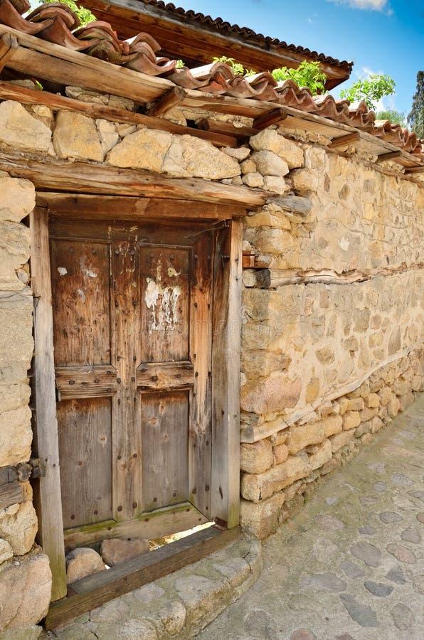 Una puerta de madera vieja en Koprivshtitsa Bulgaria, desde t foto de archivo libre de regalías