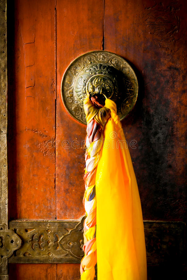 Una puerta de un monasterio en la región de Ladakh foto de archivo