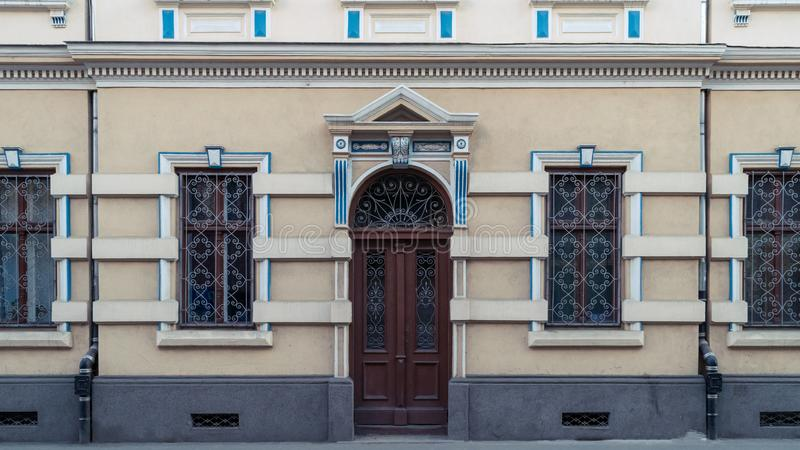 Una puerta en un colourfull que enmarca con acentos azules fotos de archivo libres de regalías