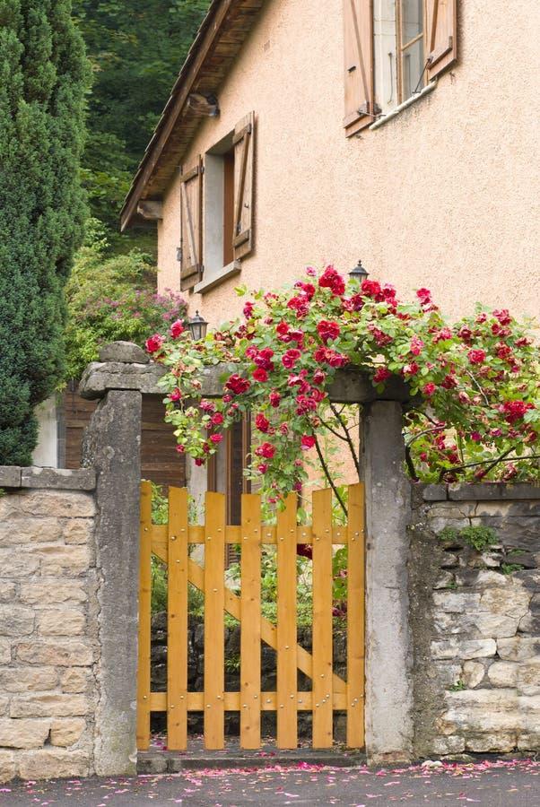 Una puerta, entrada a una yarda delantera imagenes de archivo