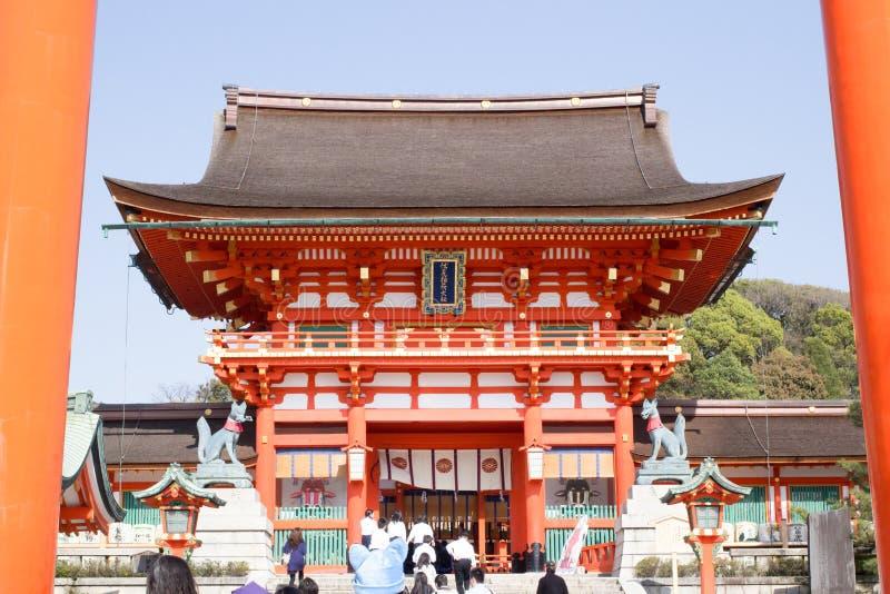 Una puerta gigante del torii delante de la puerta de Romon en la entrada de la capilla de Fushimi Inari imágenes de archivo libres de regalías