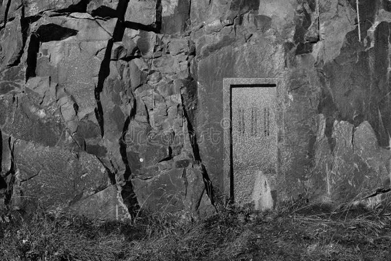una puerta tallada en montaña imagenes de archivo