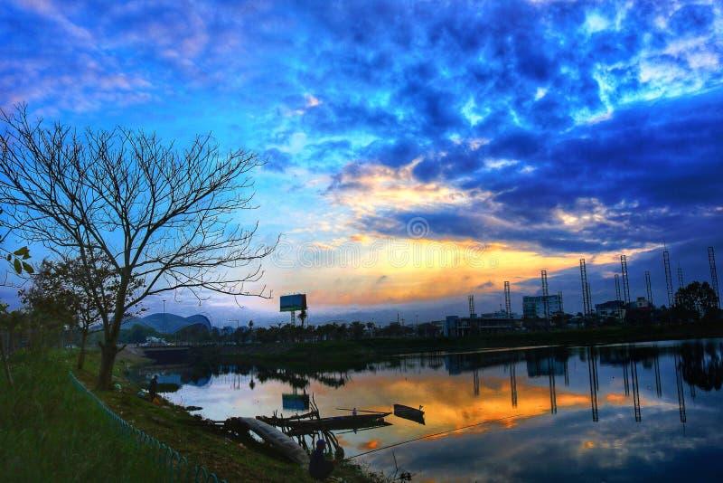 una puesta del sol anaranjada preciosa foto de archivo