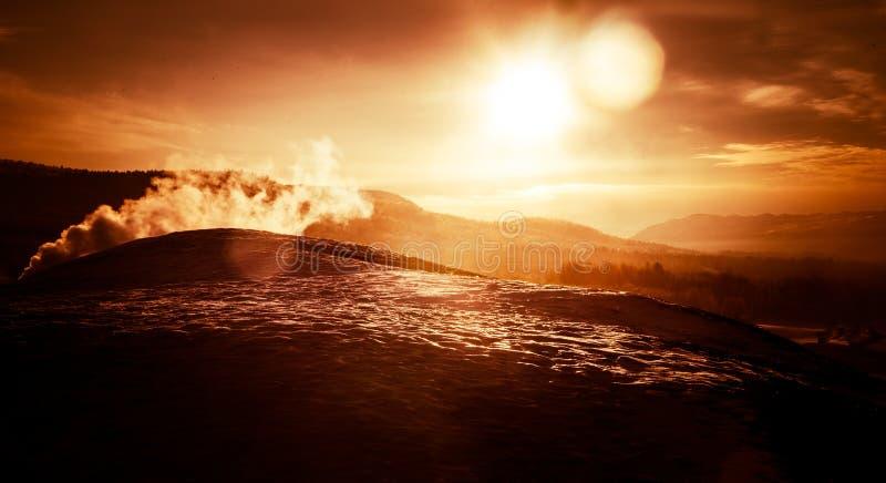 Una puesta del sol artística, colorida en Noruega sobre las montañas fotos de archivo libres de regalías