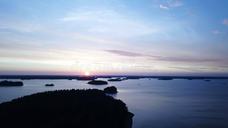 Una puesta del sol del awesom en el archipiélago por el poin de los abejones de la visión el golfo de Finlandia foto de archivo libre de regalías