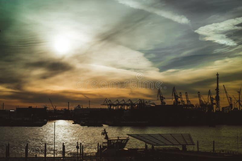 Una puesta del sol brumosa en el Elba en Hamburgo imagenes de archivo