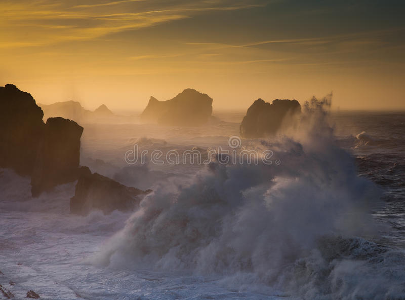 Una puesta del sol con la tormenta imagen de archivo