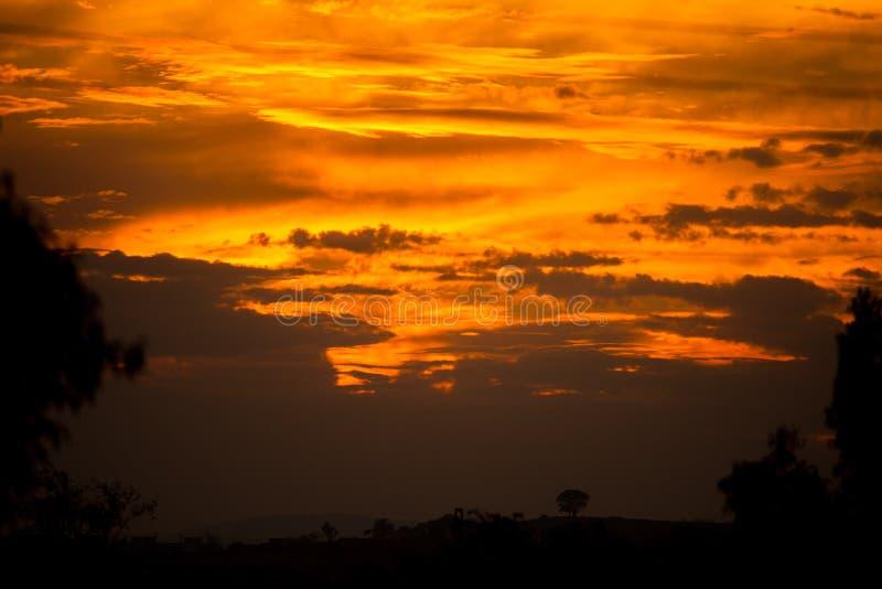 Una puesta del sol dramática foto de archivo
