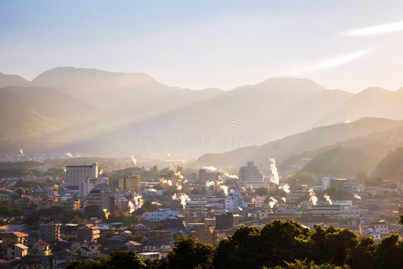 Una puesta del sol en una ciudad de vacaciones de Beppu, Japón, con vistas a las montañas que abrazan la ciudad y las capas de so fotografía de archivo