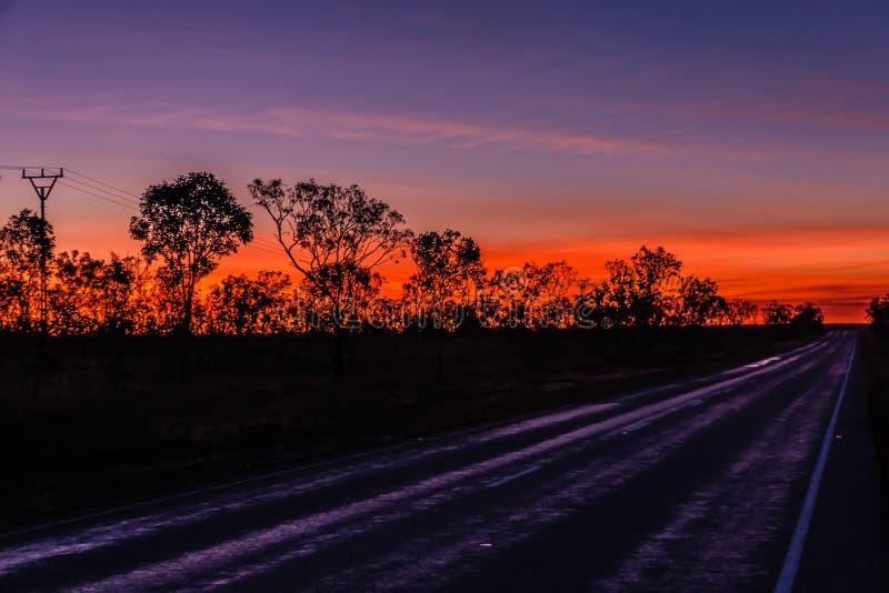 Una puesta del sol en el interior australiano imágenes de archivo libres de regalías