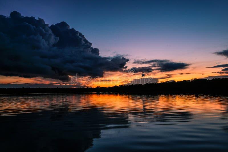 Una puesta del sol en el río de Javari imagen de archivo