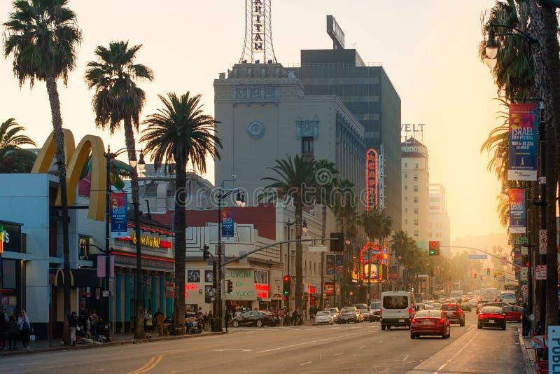 Una puesta del sol hermosa brilla abajo de la tira famosa de la puesta del sol de Hollywood Boulevard en el LA, California, los E imagenes de archivo
