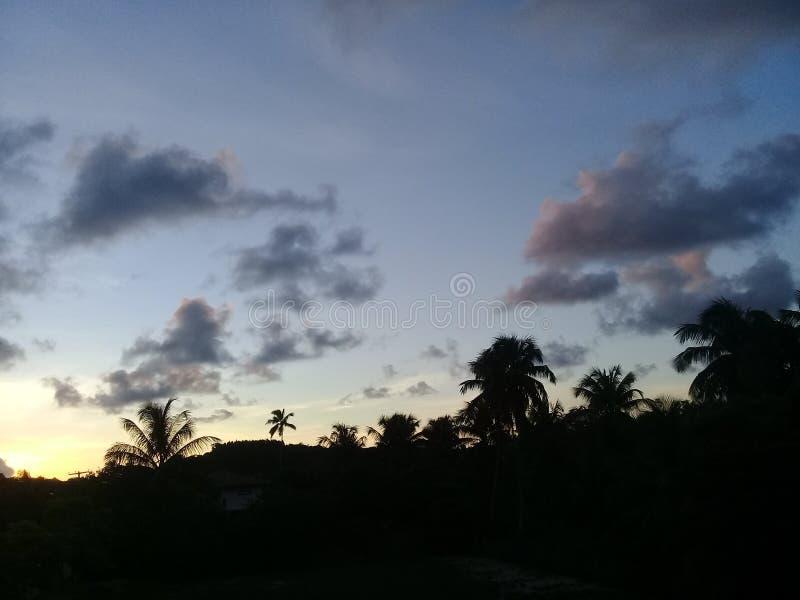 Una puesta del sol hermosa con las nubes rosadas fotos de archivo