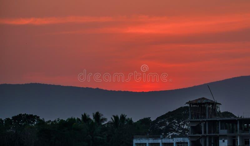 Una puesta del sol hermosa detrás de las montañas imagenes de archivo