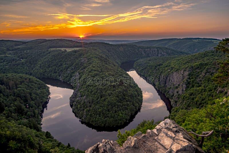 Una puesta del sol hermosa en comandante Viewpoint May de Vyhlidka Meandro del río Moldava Moldau en Bohemia central cerca de la  imagenes de archivo