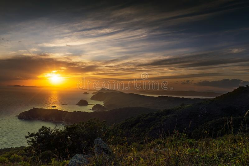 Una puesta del sol hermosa en el cabo japonés Tarantseva del mar fotografía de archivo libre de regalías