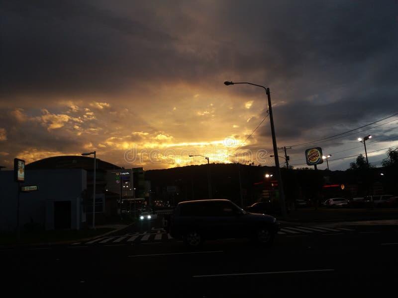 Una puesta del sol hermosa en Guatemala foto de archivo