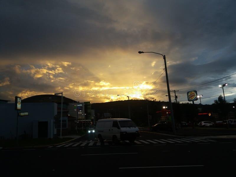 Una puesta del sol hermosa en Guatemala fotografía de archivo