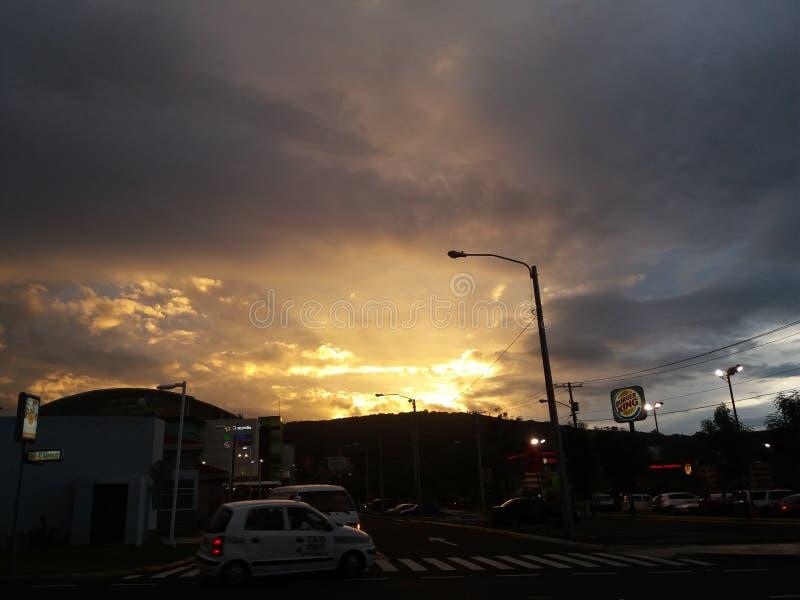 Una puesta del sol hermosa en Guatemala imagenes de archivo