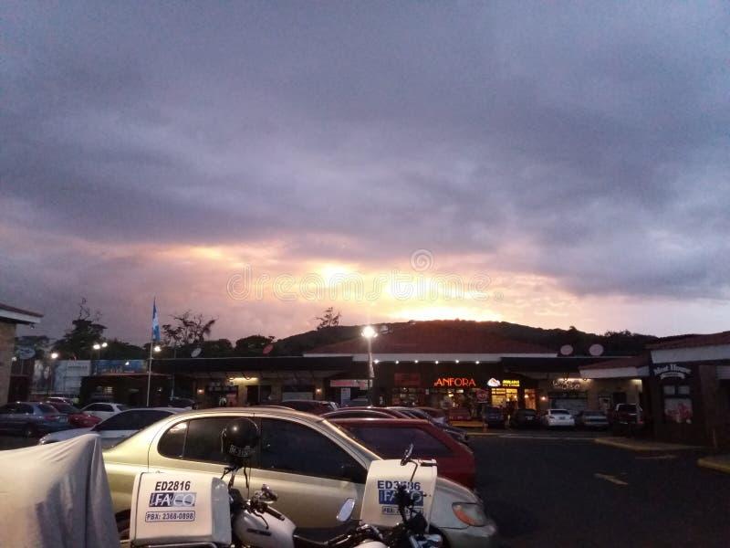 Una puesta del sol hermosa en Guatemala fotos de archivo libres de regalías