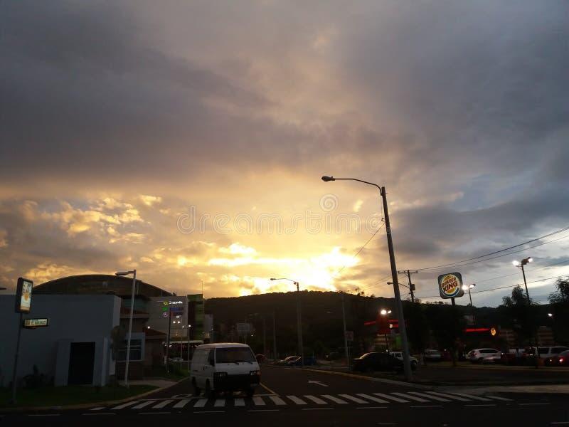 Una puesta del sol hermosa en Guatemala fotos de archivo