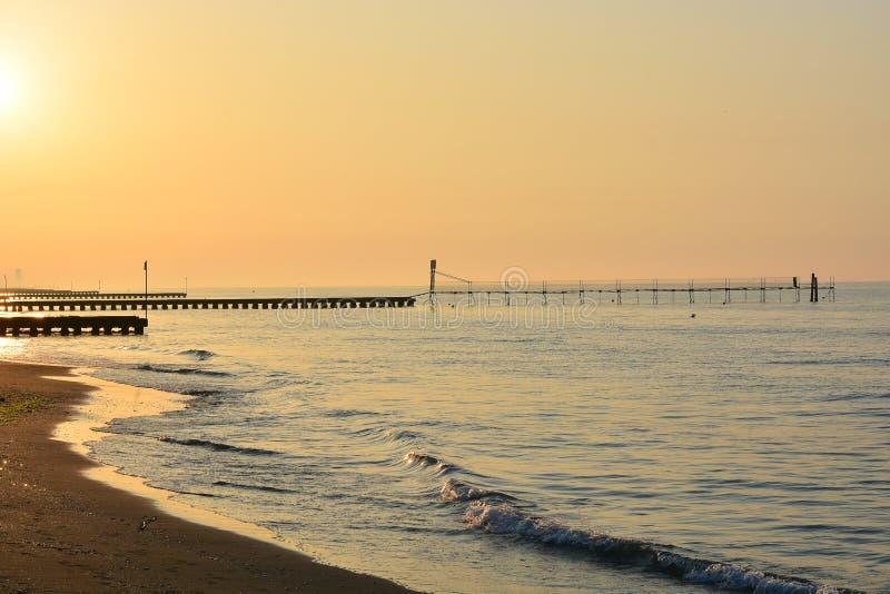 Una puesta del sol hermosa en los embarcaderos que van hacia el mar abierto foto de archivo