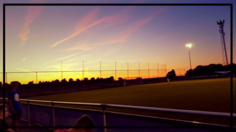 Una puesta del sol hermosa en un sportpark imagen de archivo
