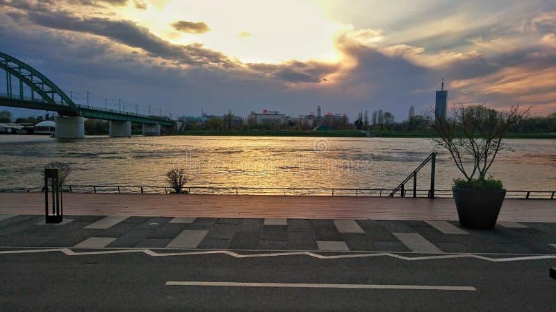 Una puesta del sol hermosa sobre el río foto de archivo
