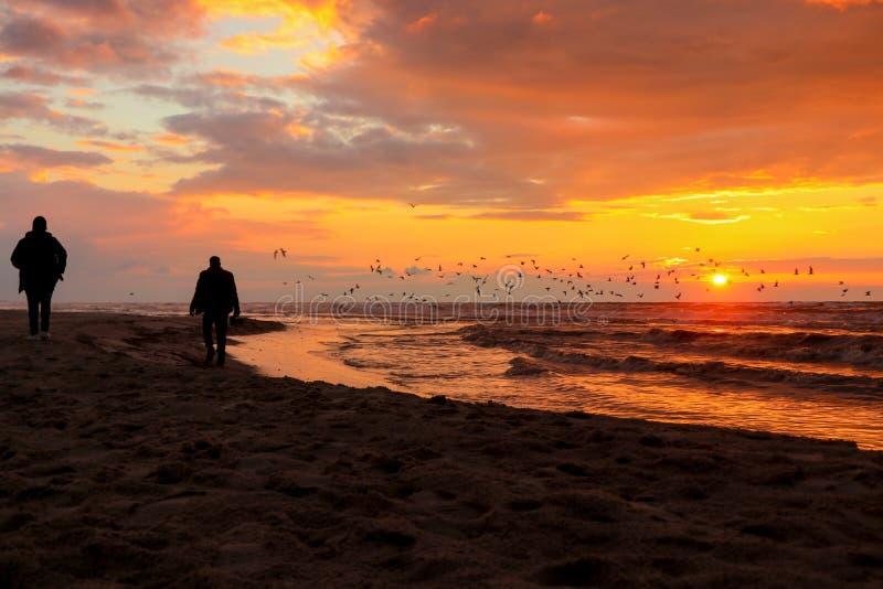 Una puesta del sol hermosa y hermosa en la playa de Gaza imagen de archivo