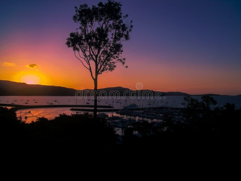 Una puesta del sol imponente sobre la playa hermosa de Airlie, Australia foto de archivo