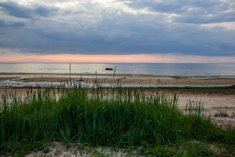 Una puesta del sol inusualmente hermosa del fuego por el mar Puesta del sol en el golfo Puesta del sol en el mar fotos de archivo libres de regalías