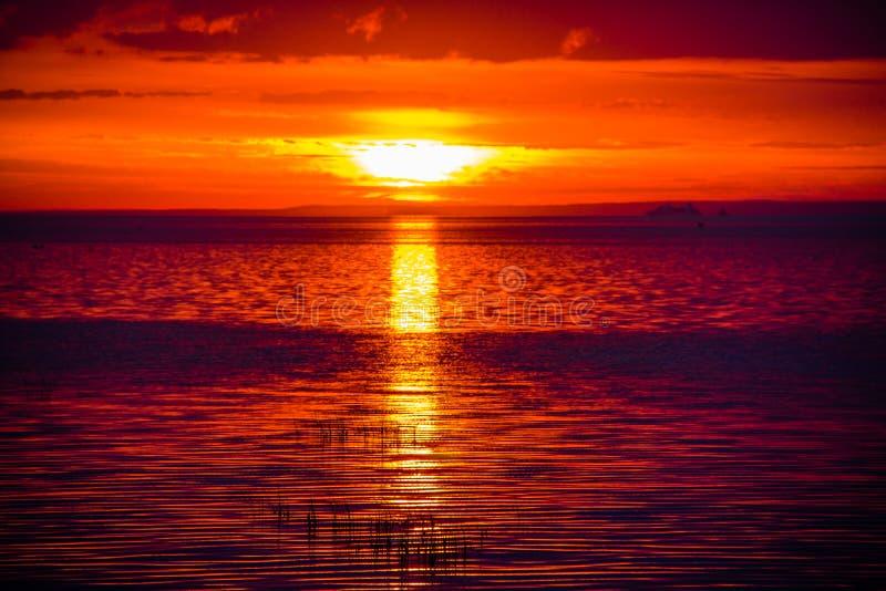 Una puesta del sol inusualmente hermosa del fuego por el mar Puesta del sol en el golfo Puesta del sol en el mar fotografía de archivo libre de regalías