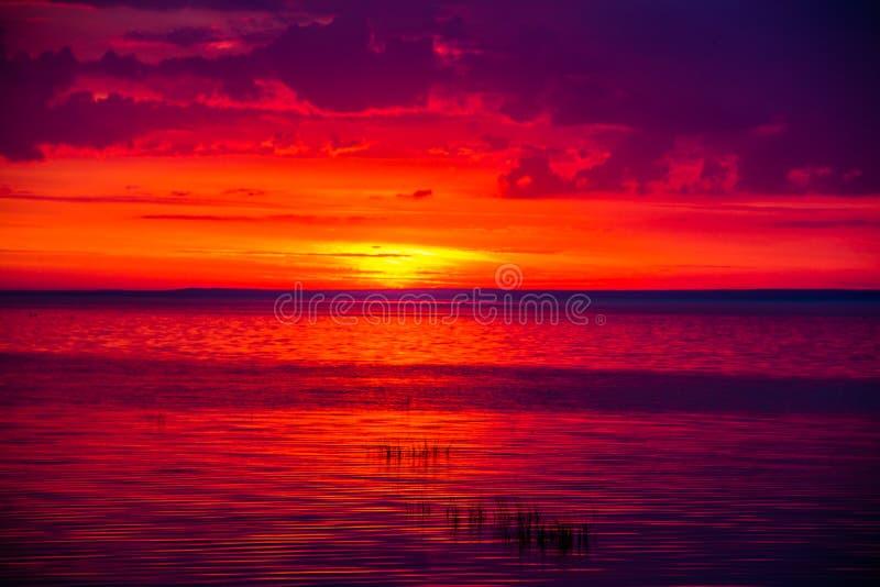 Una puesta del sol inusualmente hermosa del fuego por el mar Puesta del sol en el golfo Puesta del sol en el mar fotografía de archivo