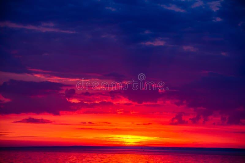 Una puesta del sol inusualmente hermosa del fuego por el mar Puesta del sol en el golfo Puesta del sol en el mar foto de archivo