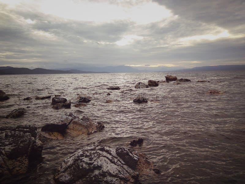 Una puesta del sol maravillosa en el lago Toba imagen de archivo