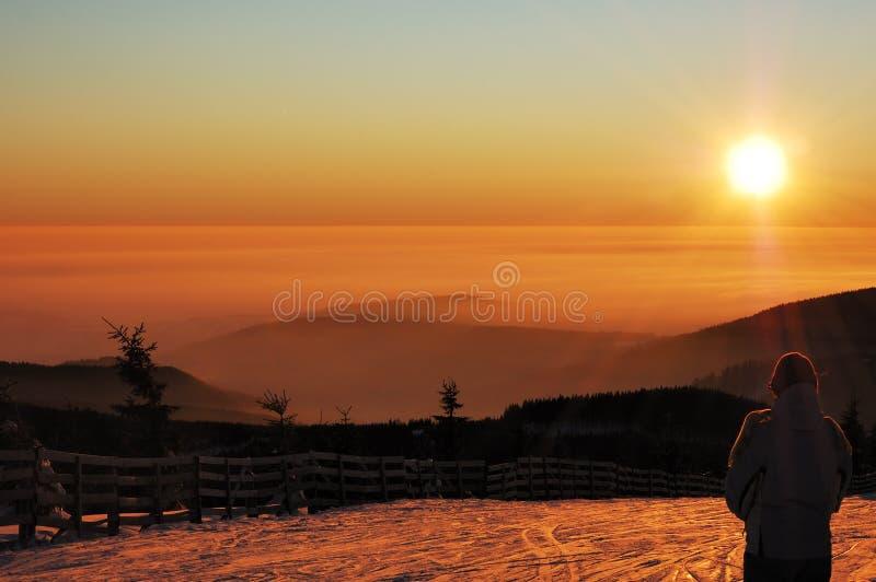 Una puesta del sol maravillosa en las montañas foto de archivo