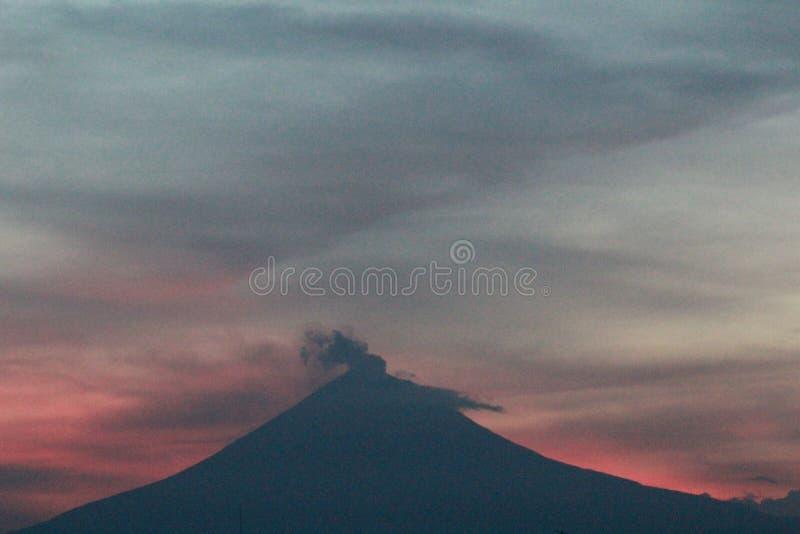 Una puesta del sol que ve el popocatépetl del volcán imagenes de archivo