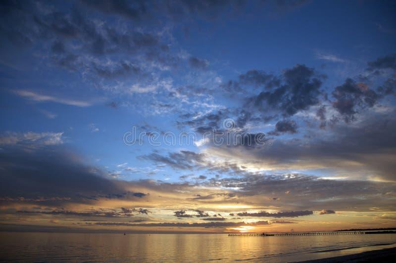 Una puesta del sol romántica de la playa imagenes de archivo