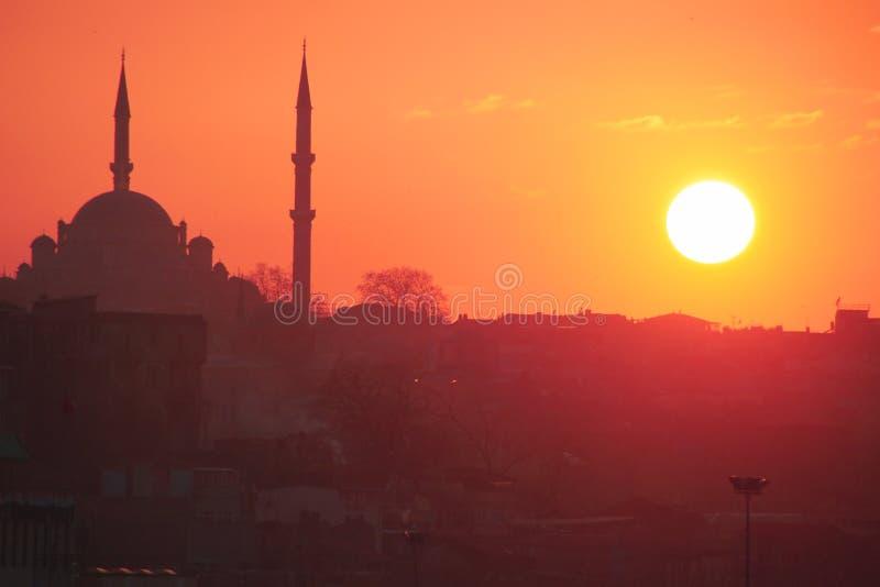 Una puesta del sol romántica en Estambul, la metrópoli histórica en Bósforo imagen de archivo libre de regalías