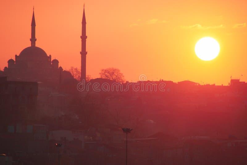 Una puesta del sol romántica en Estambul, la metrópoli histórica en Bósforo imagen de archivo