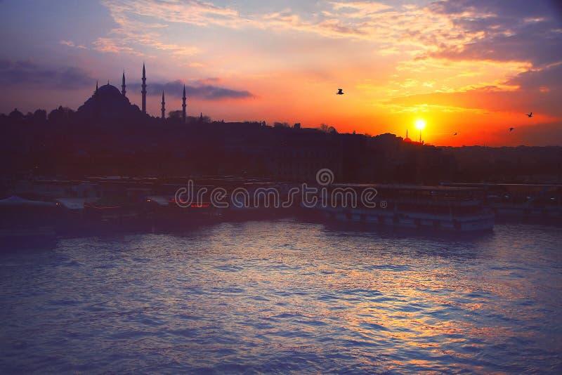 Una puesta del sol romántica en Estambul, la metrópoli histórica en Bósforo fotografía de archivo libre de regalías