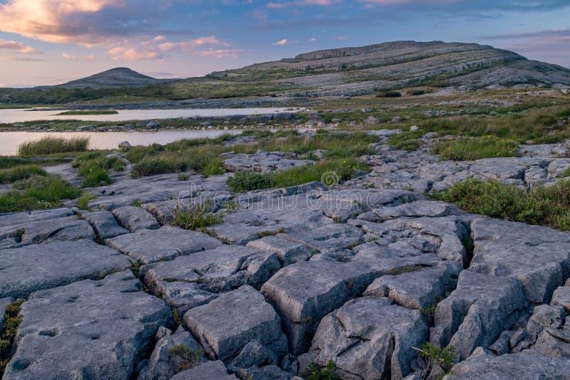 Una puesta del sol tiró del imponente y estropea como el paisaje que es el parque nacional de Burren, condado Clare, Irlanda con  imagen de archivo