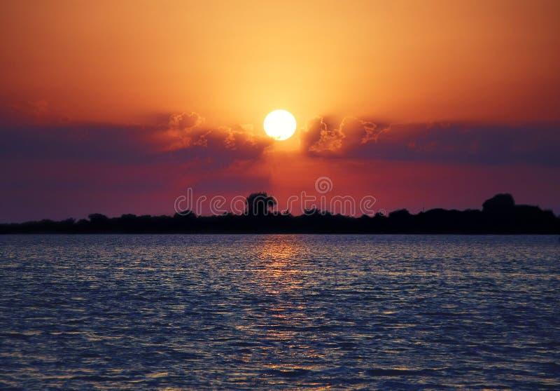 Una puesta del sol tropical romántica y soñadora de la isla imagenes de archivo